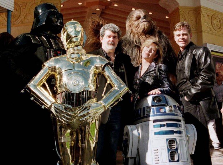 """""""Žvaigždžių karų"""" kūrėjas George'as Lucasas su filmo aktoriais Carrie Fisher ir Marku Hamillu 1997-aisiais"""