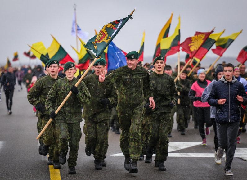 Bėgikai skuodė pakilimo taku, kuriuo kyla NATO naikintuvai