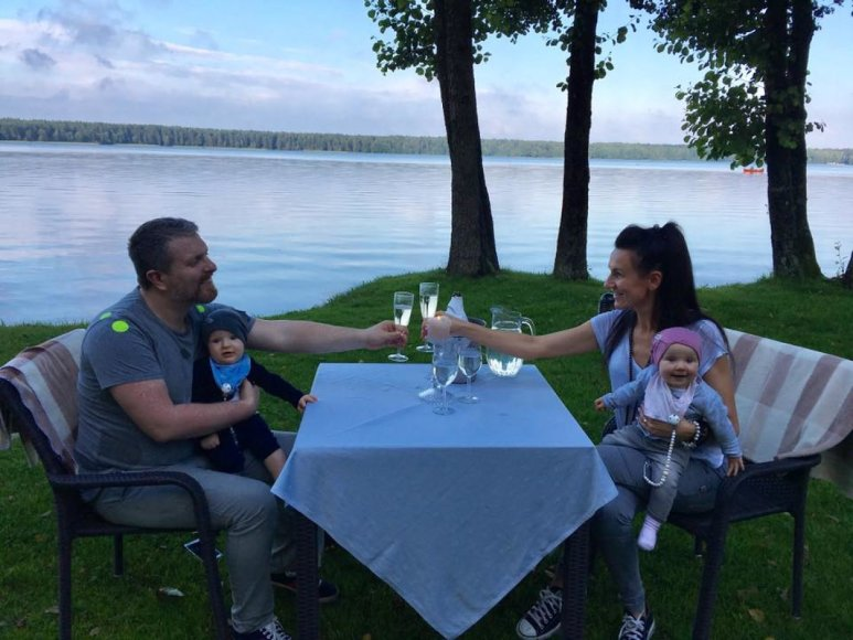 Katažina ir Deivydas Zvonkai su dvynukais Kornelija ir Donatu