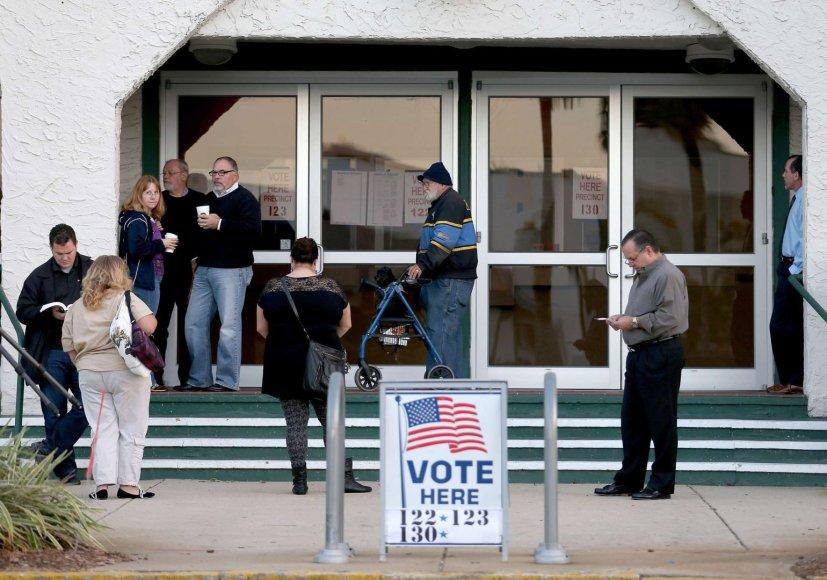 Rinkėjai netoli balsavimo apylinkių JAV