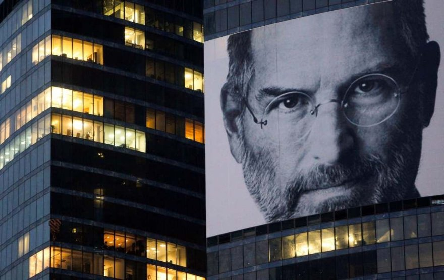 Plakatas su Steve'o Jobso veidu