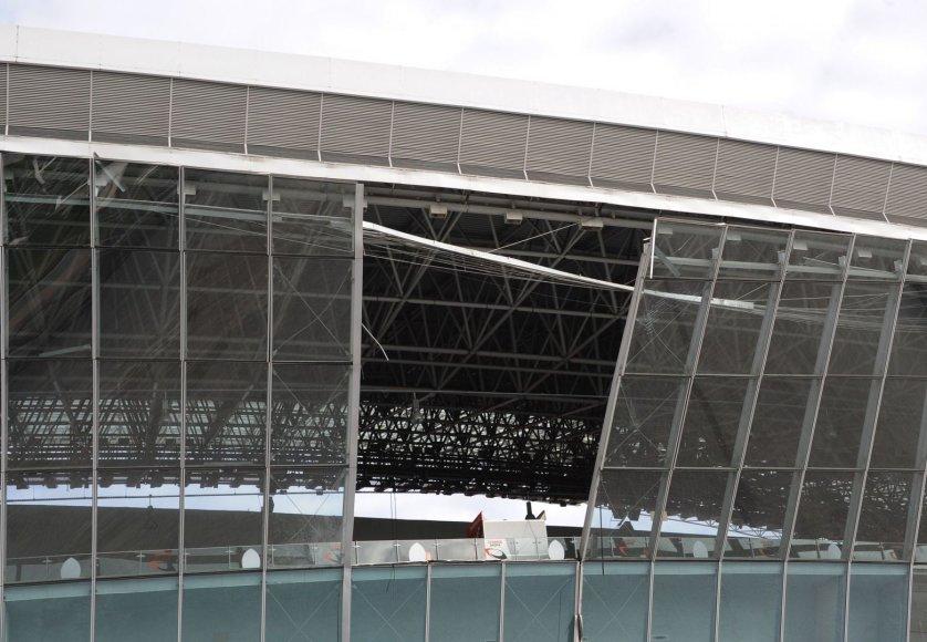 Netoli sprogimo vietos buvusi Donecko arena su išdužusiais stiklais