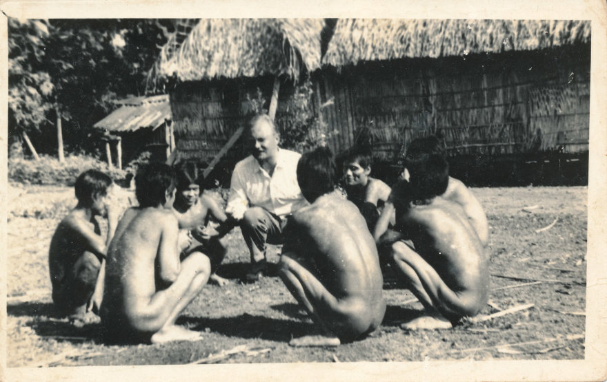 A. Bendoraitis su indėnais/ iš asmeninio A. Bendoraičio archyvo