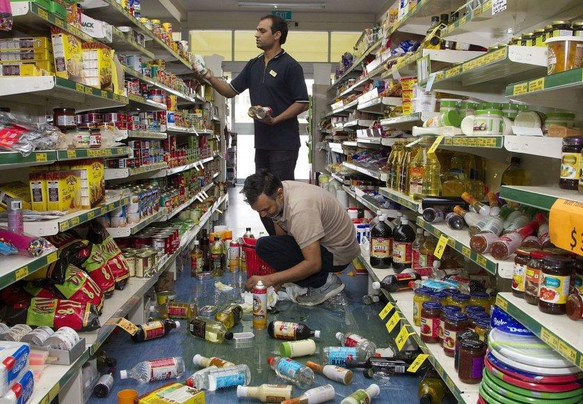 Parduotuvėje per žemės drebėjimą nuo lentynų nukritę prekės