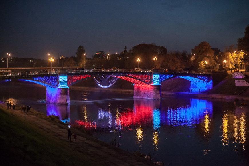 Moderniai apšviestas Žvėryno tiltas