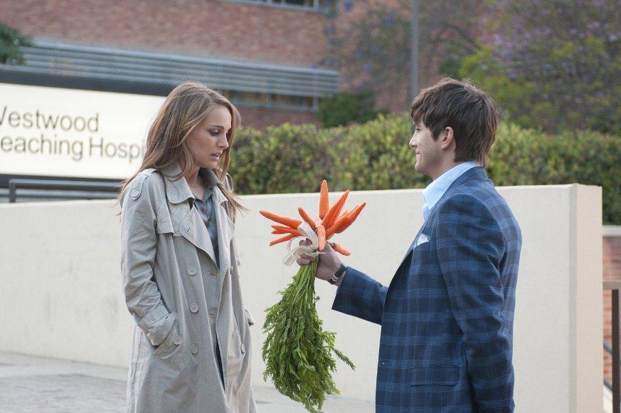 """Natalie Portman ir Ashtonas Kutcheris romantinėje komedijoje """"Be įsipareigojimų"""" (2011 m.)"""