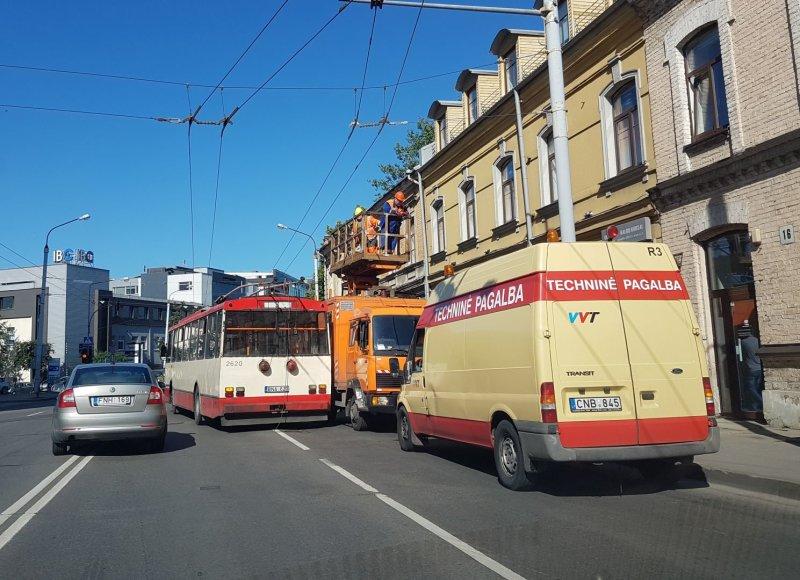 Kontaktinio tinklo remonto darbai sostinės Šeimyniškių g.