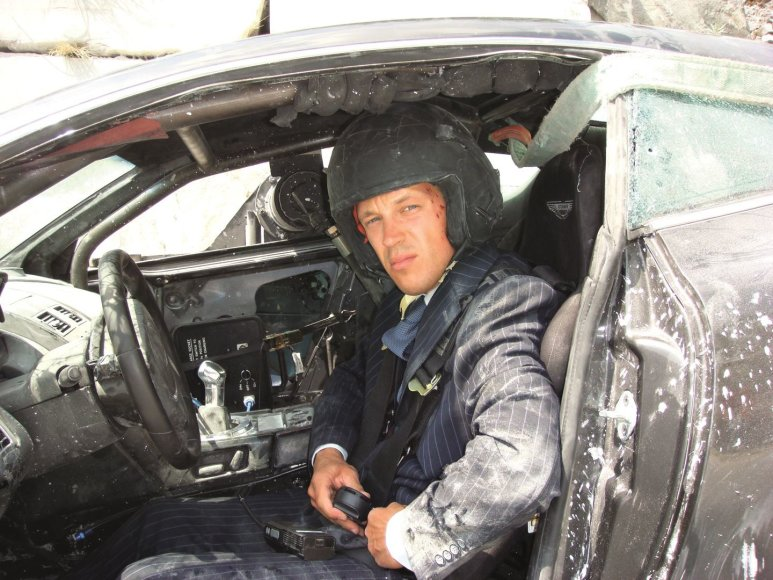 """Martynas Ivanovas pavadavo prie """"Aston Martin"""" vairo Danielį Craigą jau dviejose bondiados juostose – """"Paguodos kvantas"""" ir """"Operacija """"Skyfall""""."""