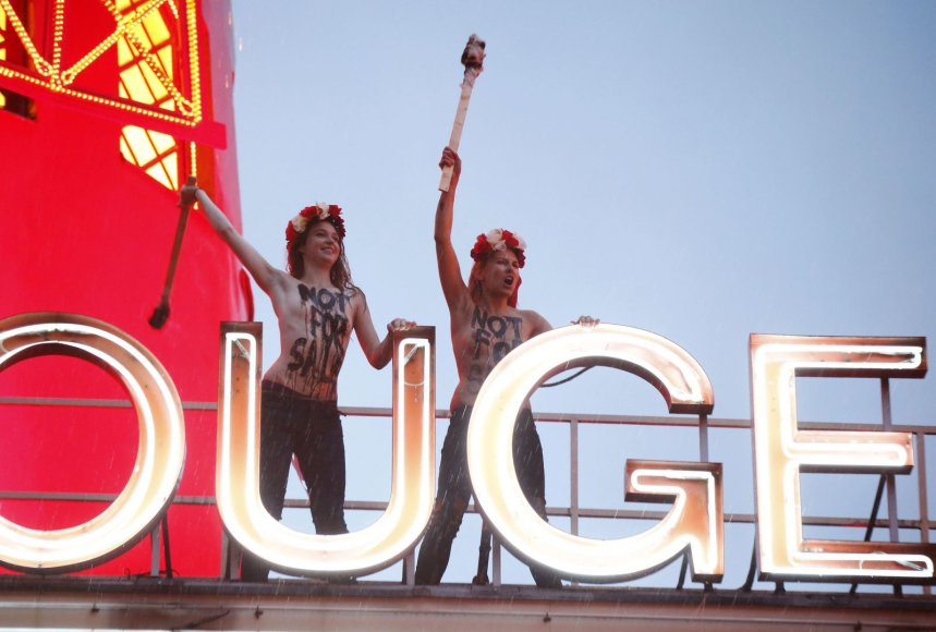 """Femen"" protestas ant ""Moulin Rouge"" stogo"
