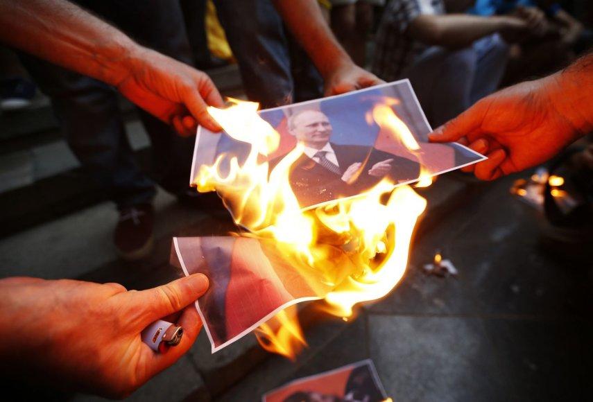 Protestuotojai degina V.Putino nuotrauką