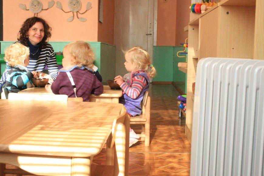 """Išsigandę, kad šaltose patalpose susirgs vaikai, darželio """"Žilvitis"""" auklėtinių tėvai sunešė elektrinius šildytuvus."""