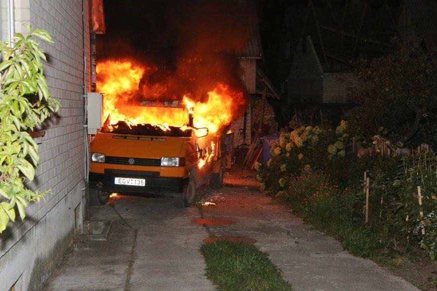 Ugnis siautėjo Šilutės savivaldybės tarybos nario Jono Purlio namo kieme