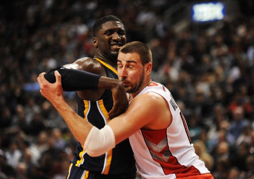 """""""Pacers"""" žaidėjas Roy Hibbertas ir """"Toronto Raptors"""" vidurio puolėjas Jonas Valančiūnas"""
