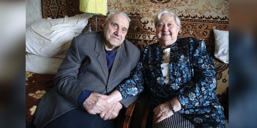 Dar ir po 65-erių drauge praleistų metų Jono ir Jadvygos meilė gyva. Jie šiltai glaudžiasi vienas prie kito, laikosi už rankų
