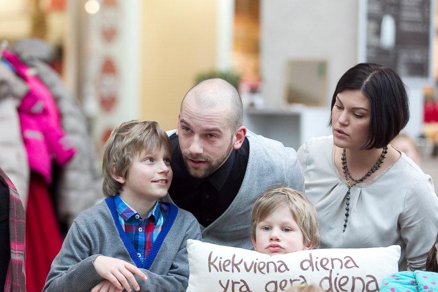 Žygimantas Stakėnas su žmona Dovile ir sūnumis