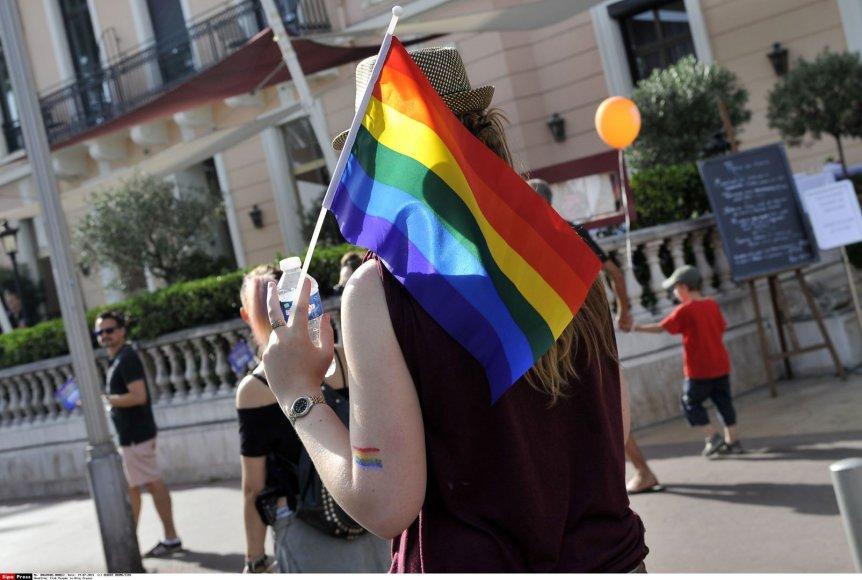 Mergina su LGBT vėliava