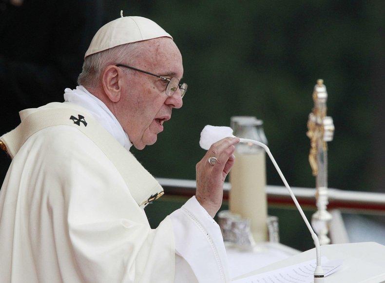 Lenkijoje viešintis popiežius Pranciškus meldėsi prie stebuklingu laikomo Juodosios Madonos paveikslo