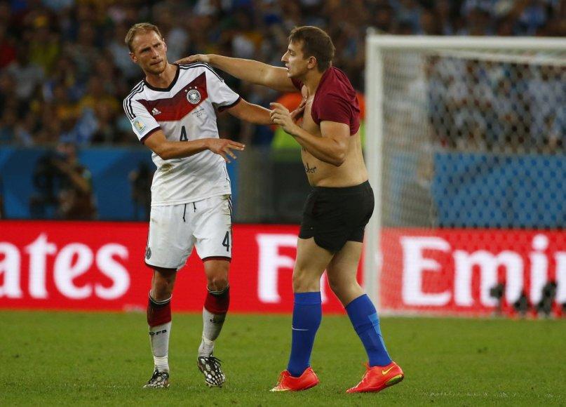 Į aikštė išbėgęs futbolo sirgalius prie Vokietijos futbolininko Benedikto Hoewedeso