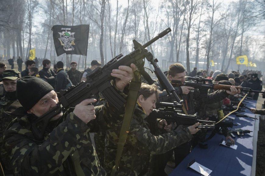 Daugiau kaip 500 savanorių dalyvavo mokymuose prie Kijevo, rengiantis galimai Rusijos okupacijai
