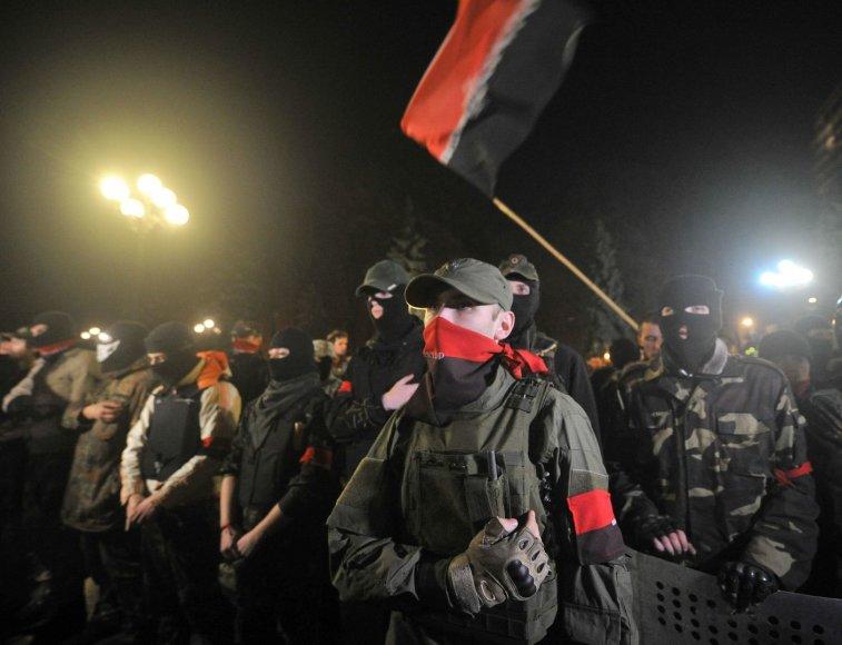 """Ukrainos ultranacionalistinio judėjimo """"Pravyj sektor"""" nariai prie Aukščiausiosios Rados"""