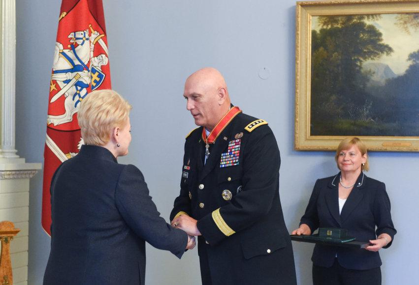 Prezidentė įteikė valstybės apdovanojimą JAV kariuomenės Sausumos pajėgų vadui generolui Raymondui T. Odierno