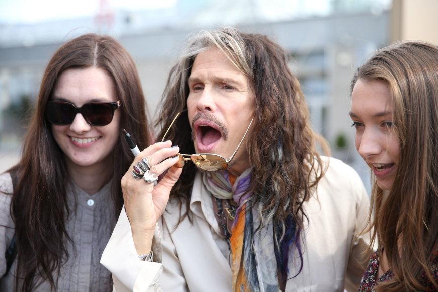 """""""Aerosmith"""" vokalistas Stevenas Tyleris su gerbėjomis Vilniaus oro uoste"""