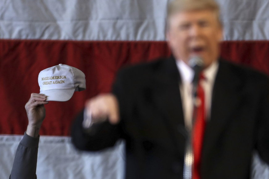 D.Trumpas ir kepuraitė su jo kampanijos šūkiu.