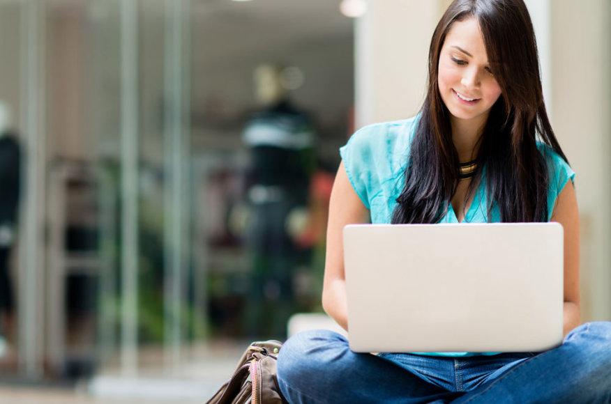 Mergina laiko kompiuterį