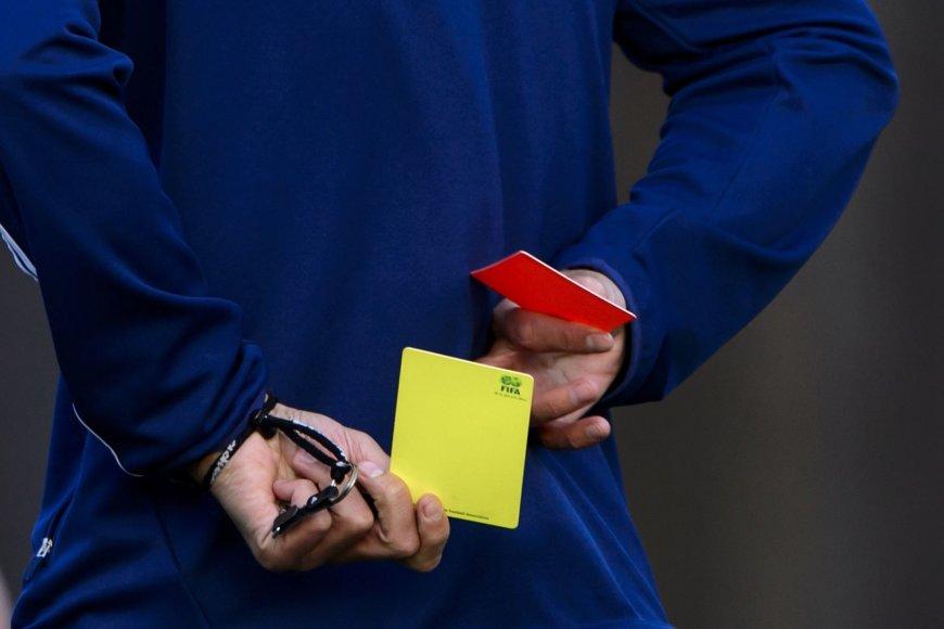 Kortelės arbitro rankose