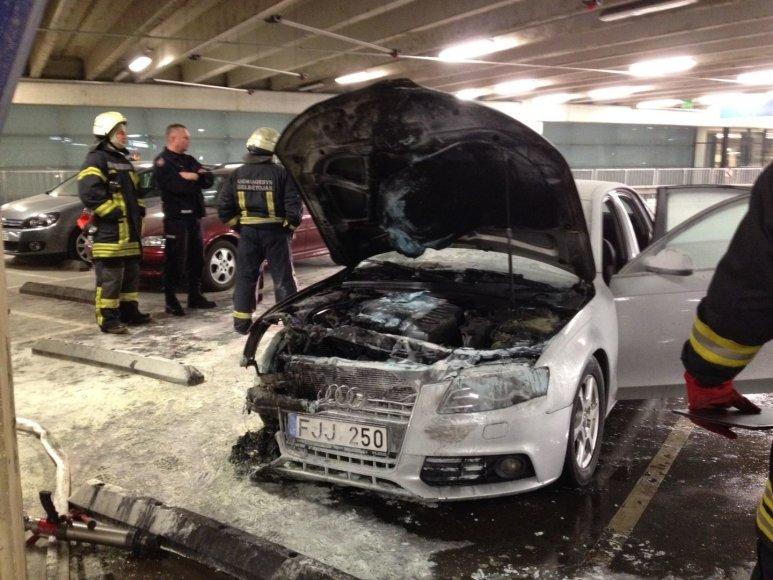 """Kauno prekybos centre """"Akropolis"""" užsidegė """"Audi A6"""""""