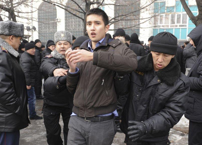 Neramumai Kazachstane dėl tengė devalvacijos