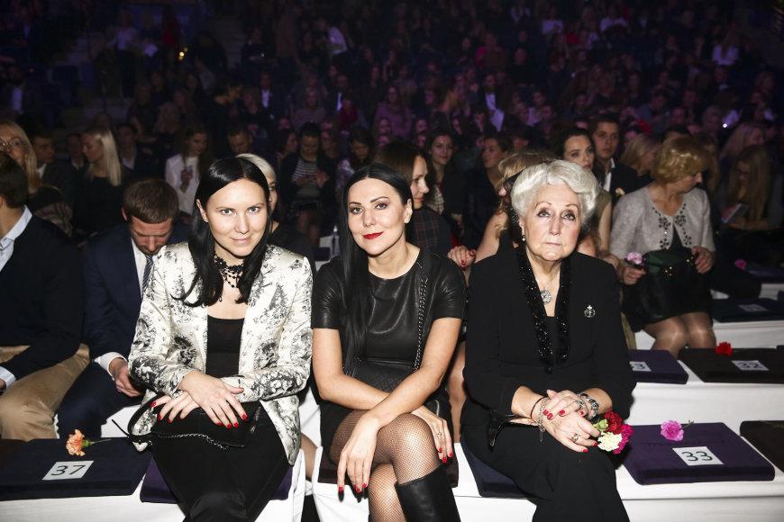 Seserys Anželika ir Greta Cholinos su mama Laima