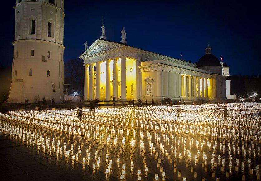 Žvakės Vilniaus Katedros aikštėje – už žuvusius keliuose.