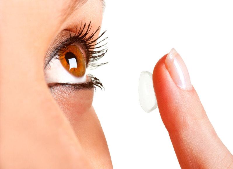 Moteris dedasi kontaktinius lęšius