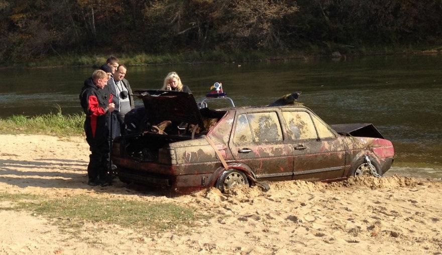 Vilniuje, Žirmūnų paplūdimyje iš Neries ištrauktas automobilis.