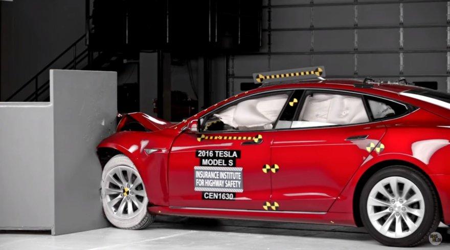 """IIHS atliktas """"Tesla Model S"""" saugumo bandymas"""