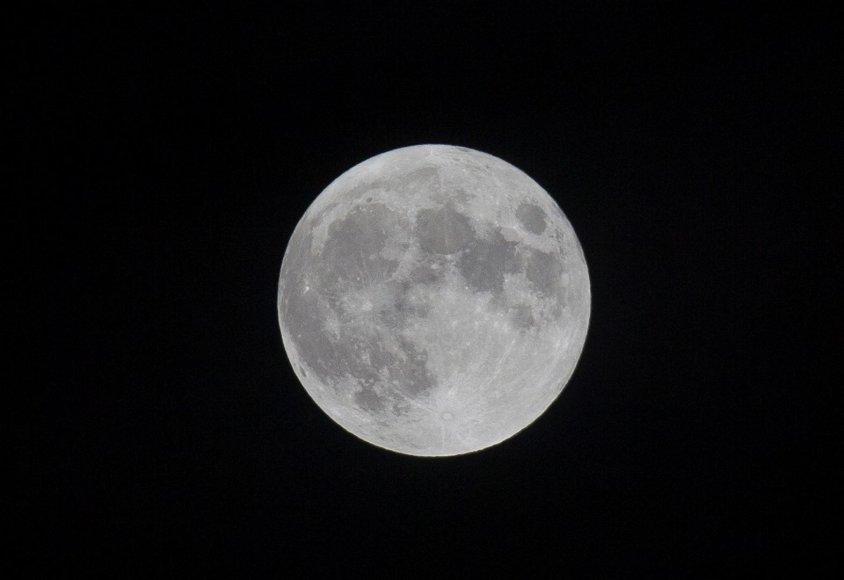 Įspūdinga mėnulio pilnatis šviečia Vilniui.