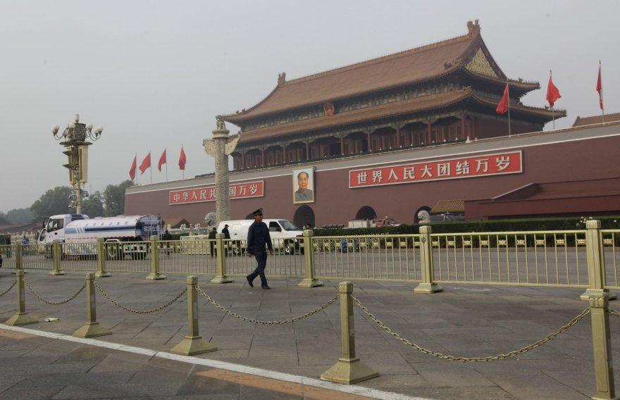 Tiananmenio aikštėje policininkai užtvėrė įvykio vietą.