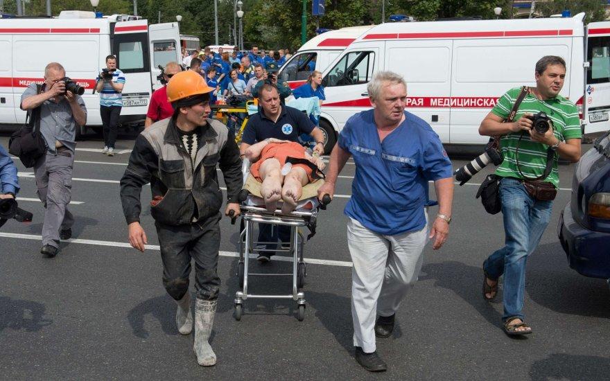 Maskvos metro per avariją sužeista keleivė vežama į greitosios pagalbos sraigtasparnį.
