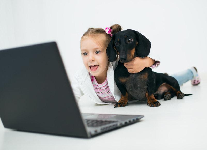 Mergaitė prie kompiuterio
