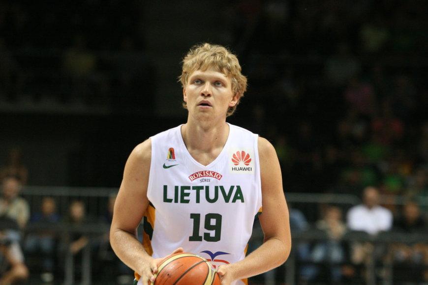 Lietuvos krepšinio rinktinė įveikė Latviją. Mindaugas Kuzminskas