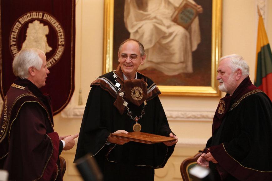 Edwardui Lucasui įteiktos VDU garbės daktaro regalijos