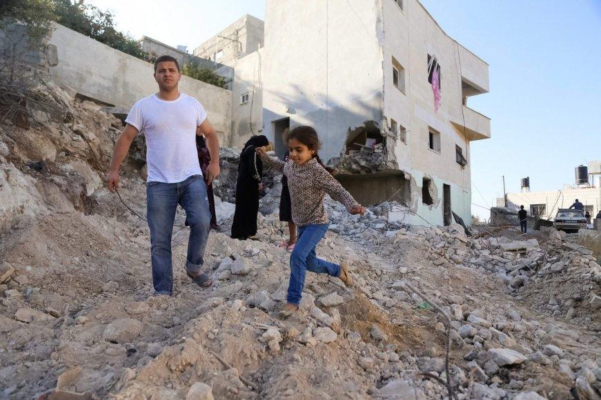 Gazos Ruože po Izraelio oro atakų gyventojai sprunka iš apgadinto pastato