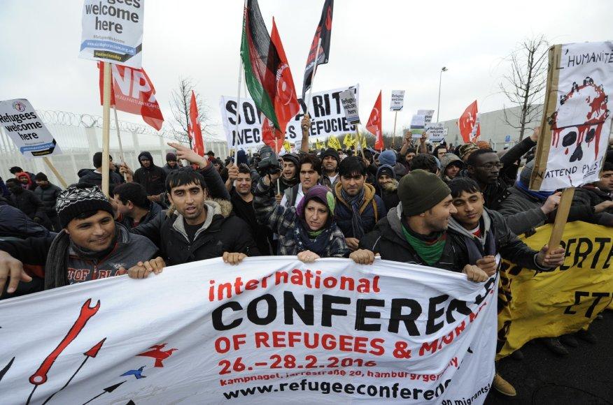 Po šios demonstracijos apie pusšimtis migrantų įsiveržė į keltą.