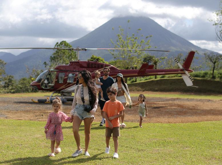Vida Press nuotr./Kourtney Kardashian ir Scottas Disicas su vaikais ir Kim Kardashian su dukra North Kosta Rikoje
