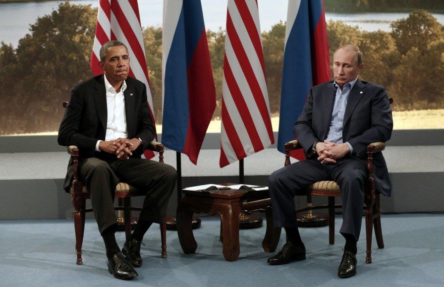 JAV prezidentas Barackas Obama ir Rusijos prezidentas Vladimiras Putinas susikrimtusiais veidais