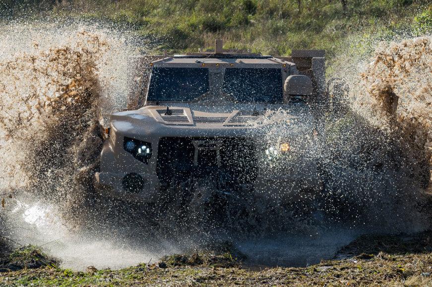 JAV kompanijos šarvuoto visureigio L-ATV galimybių demonstracija Gaižiūnų poligone