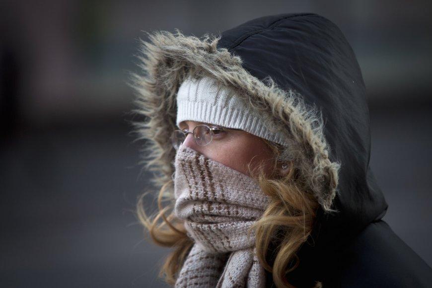 Šaliku veida nuo šalčio prisidengusi moteris Niujorke