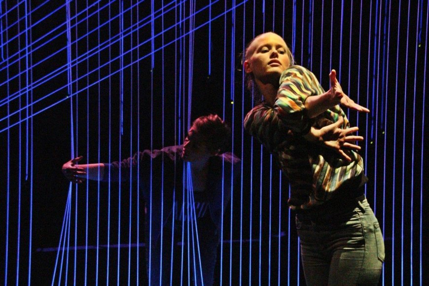 """Elektroninės muzikos ir šokio instaliacijų šou vyresnių klasių moksleiviams """"Triukšmo kontrolė"""""""