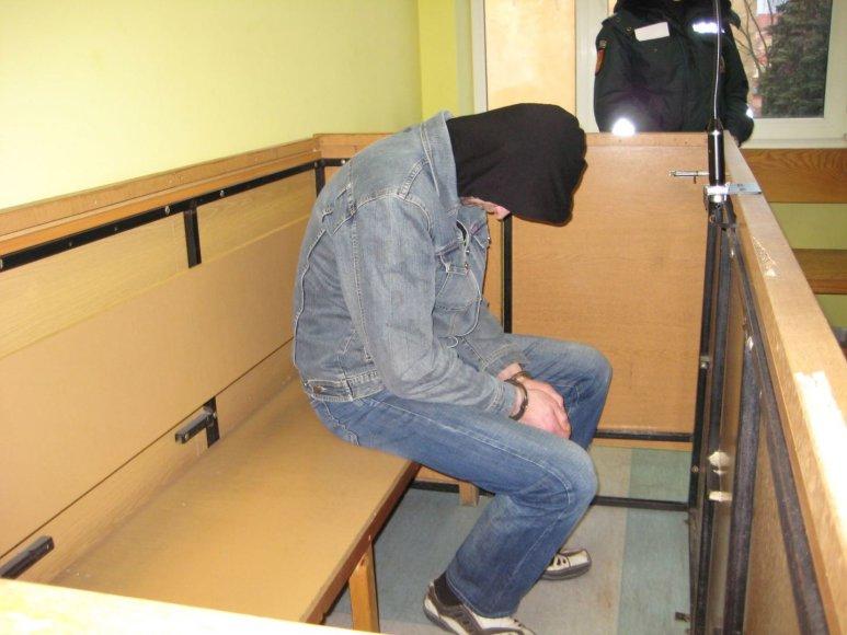 Teisme podukros žagintojas gūžėsi nuo aplinkinių.